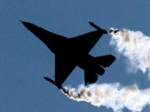 A U.S. Lockheed Martin F-16 flies during an air display at the Farnborough International Air Show, Hampshire, July 19, 2004. REUTERS/Toby Melvill