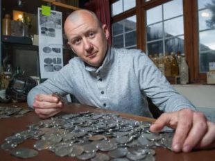 Dan Mackay age 37 from Stansted in Essex with some of the dog tags he found buried in a field.  CREDIT: JAMES LINSELL-CLARK / SWNS.COM
